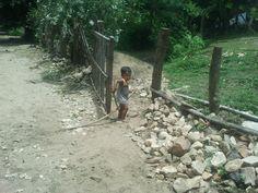Niño jugando con su caballo de vara