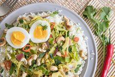 Curry's zijn onverminderd populair. Waar andere voedingstrends nog wel eens overwaaien, lijkt dit gerecht een blijvertje. Misschien zit het hem in de eindeloze mogelijkheden als het gaat om ingrediënten en smaakmakers. Zo zijn zowel vlees als vis, maar ook een vega(n) product zoals ei, tofu of tempeh geschikt om te verwerken. Of is het omdat curry's snel klaar zijn en gemakkelijk in één pan bereid kunnen worden? Parmesan Roasted Cauliflower, Asian Recipes, Ethnic Recipes, What You Eat, Cobb Salad, Potato Salad, Slow Cooker, Food And Drink, Foodies
