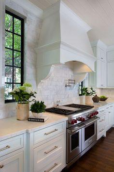 sol maron, cuisine blac sur blanc fenetre maron, cadre blanc et des fleurs :)