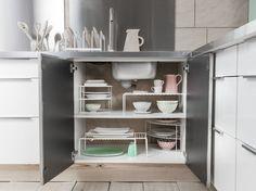 Des placards de cuisine pratiques grâce à des étagères mobiles