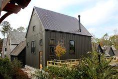 Cabin Exterior Colors, Exterior Color Schemes, House Paint Exterior, Exterior Paint Colors, Black Exterior, Exterior Design, Dark House, The Ranch, House Painting