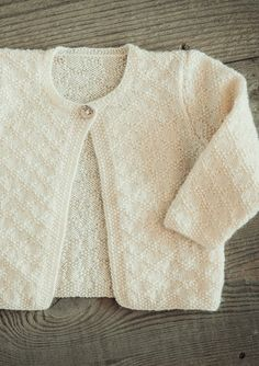 Baby strikketrøje i perlestrikmønster - Gratis Mayflower opskrift. Baby Cardigan Knitting Pattern Free, Baby Knitting Patterns, Knitting Designs, Knitting For Charity, Knitting For Kids, Baby Clothes Patterns, Clothing Patterns, Baby Barn, Baby Smiles