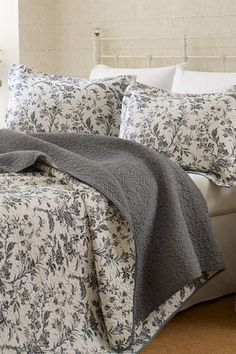 Laura Ashley Home Gray & White Floral Quilt Set Home Bedroom, Bedroom Decor, Design Bedroom, Bedroom Ideas, Master Bedroom, Style Anglais, Floral Bedding, White Pillows, Accent Pillows