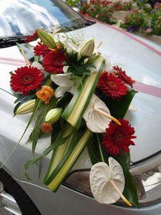 La décoration florale de la voiture des mariés Quelles astuces pour organiser votre mariage sur http://yesidomariage.com
