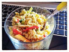 1 bicchiere di cous cous 1/2 cucchiaio di curry (forte) una manciata di striscioline di carne di pollo arrosto (petto o coscia) 2 cucchiai di mais lessato qualche strisciolina di peperone crudo o grigiato sott'olio (rosso, giallo o verde, a scelta) 1/2 carota scottata a bastoncini 1 piccola zucchina tenera scottata e tagliata a bastoncini qualche rondella di cuore di sedano qualche anello di cipollotto fresco (facoltativo) 2 pomodori ciliegini tagliati a metà e privati dei semi 1/2…