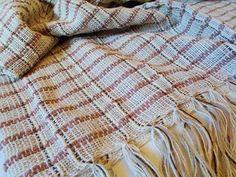 Xale para sofá produzido em fio de algodão, batido em teares de Minas Gerais. Mede 1,15 m x 1,80 m. Confira. Por R$50,00 em nossa loja virtual.