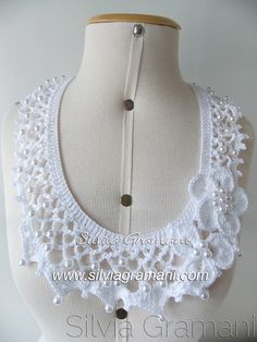 Olá queridas amigas!!!!  Hoje trago este colar de crochê na cor branca e mais comprido.  Segue para a mesma cliente do colar de pérolas ro...