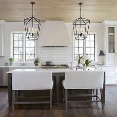 To improve the interior of your home, you may want to consider doing a kitchen remodeling project. This is the room in your home where the family tends to spend the most time together. If you have not upgraded your kitchen since you purchased the home,. Kitchen Hoods, Kitchen Stove, New Kitchen, Kitchen Dining, Kitchen Decor, Kitchen Corner, Elegant Kitchens, Beautiful Kitchens, Classic Kitchen