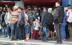 由中东战乱国家逃亡至欧洲的难民,在德奥伸出援手后,匈牙利5日派遣巴士将他们送到奥地利边界,难民们再转乘火车至维也纳等待进入德国。第一天约有8,000人的难民已在6日凌晨1点30分前,分批抵达德国南部的巴伐利亚首府慕尼黑。 - 国际新闻