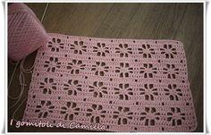 Il punto fiori traforati a uncinetto è un punto semplicissimo da eseguire e si adatta benissimo alla realizzazione di copertine, maglie e top.