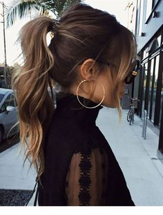 30 Eye-Catching Curly Ponytail Hairstyles You Should Try - Frisuren High Ponytail Hairstyles, Spring Hairstyles, Up Hairstyles, Glamorous Hairstyles, Ponytail Ideas, Bangs Ponytail, Hair Bangs, Ponytail With Curls, Messy High Ponytails