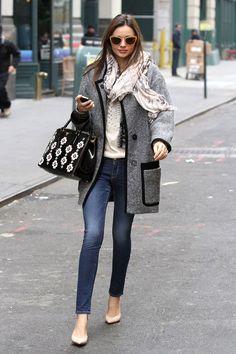Сочетание серого пальто с джинсами – фото новинка сезона