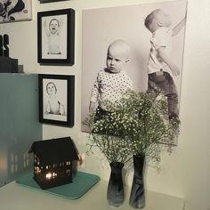 Kynttilöitä ja harsokukkia. Sopiva päätös lämpimälle ja kauniille päivälle. #sisustus #myhome #interior #interiordesign #inredning #harsokukka #flowers #asetelma #shelfie #nofilter