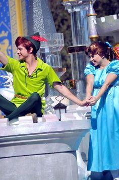 Peter and Wendy Peter Pan Cosplay, Walt Disney Pictures Movies, Peter Pans, Disneyland World, Peter And Wendy, Childhood Movies, Disney Face Characters, Peter Pan Disney, Downtown Disney
