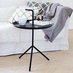 Kiinteällä kahvalla varustettua hauskaa pöytää saa mattapintaisena mustana sekä valkoisena. M: 38cm halkasija44/58cm korkeus XL: 48cm halkasija 49/65cm korkeus (toimitusaika 4-5 viikkoa)