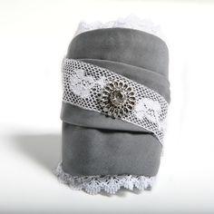 LUNA - Pulsera confeccionada a mano en algodón gris, con encaje blanco y rosetón central de color plata y puntillas laterales