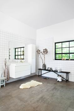 Large bright bathroom with black details and white bathroom furniture | Photographer Jansje Klazinga | Styling Frans Uyterlinde | vtwonen catalog autumn 2015 | #vtwonencollectie