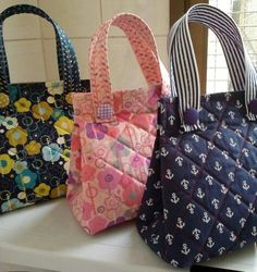 Diy Fabric Purses, Fabric Bags, Insulated Lunch Bags, Reusable Tote Bags, My Bags, Purses And Bags, Sacs Design, Handmade Purses, Jute Bags