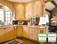 Kitchen cabinets in solid wood and granit countertops. / Armoires de cuisine en bois massif et comptoirs en granit.