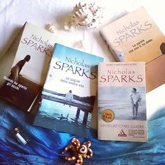 """Buon pomeriggio lettori!! C'è stato un tempo quando ero giovine e in cerca di storie drammatiche d'ammmore in cui Nicholas Sparks era tra i miei autori preferiti...secoli fa dato che l'ultimo risale al 2008.  Il tema di oggi della #summerbooksquad17  per oggi è """"Summerish Cover"""". L'elemento estivo per eccellenza è il mare e come se fossero fatte con lo stampino le copertine di Sparks hanno tutte il mare come sfondo  con i suoi romanzi sono rimasta un po' indietro ma vedendo anche le ultime…"""