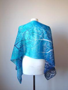 Blauen Schal mit einem Muster aus weißen und dunkelblauen Bäume auf einem Farbverlauf blauen Hintergrund in den Farben Türkis, Ultramarin. Dieser Schal-Wrap ist bereit zu gehen!  Eine gradient Version meiner Bäume in Blue Design, mit zarter tonalen Färbung, auf eine wunderbar leichte und zarte Seide genannt Habotai. Dieser Schal ist halb transparent und etwas glänzend und dank vide Spektrum gesetzt von Blautönen schimmert wie Wasser oder Saphire. Dieser gradient blauen Schal kann ein…