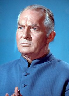 General Henderson, UFO. Rigolo, je trouve que son interprète ressemble étrangement à Donald Trump.