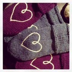 Rådyrgenser fra Sandnes garn - relax Mittens, Knitted Hats, Winter Hats, Beanie, Knitting, Blog, Threading, Fingerless Mitts, Tricot