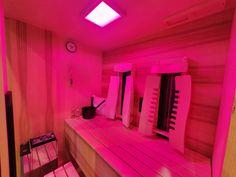Infrarotkabine oder Sauna? Warum entscheiden, wenn auch beides möglich ist. Die INFRAROT+SAUNA ist eine vollwertige Tiefenwärmekabine mit zusätzlichem Saunaofen. Edle Hölzer, wie hier Kernesche und Ahorn, machen sie zu einem Designerstück. Mehr Infos bei Gurtner Wellness. #infrarotkabine #tiefenwärmekabine #wärmekabine #sauna #rotlichtstrahler #rotlichtanwendung #Kombisauna #infrarotsauna #saunakombi #saunadesign #saunaproject #Farblicht #privatespa #wellness #wellnessoase #Design