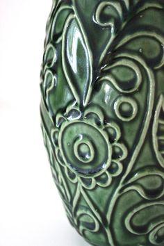 Formschöne Mid Century Vase aus den 60er/ 70er Jahren. Grüne und weiße LÖausr trifft auf braune Keramik. Der Bauch der Vase hat ein reliefartiges Blumenmuster und ist glänzend glasiert. Die Vasenhals ist in einem matten Weiton gehalten.  Die Vase ist in einem sehr guten Vintagezustand, dh. keine Beschädigungen.  Hersteller: Bay Keramik Gemarkt: Bay W. Germany | 7 - 30  Maße: Höhe: 30 cm | 11.81 inch Gewicht: 1000 g  Der Versand erfolgt aus Deutschland! Kombiversand möglich. Bitte Endpor...