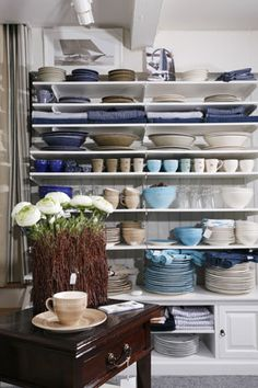 Gant Porslin finns i flera olika färger Kitchen Cart, Inspiration, Home Decor, Houses, Dish Sets, Dining Room, Biblical Inspiration, Decoration Home, Room Decor