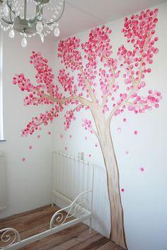 Fantasieboom muurschildering voor in de kinderkamer. Gemaakt door BIM Muurschildering, bekijk close-up op de website.