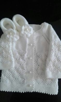 Discover thousands of images about Harika olmuş elleriniz dert göBeğenme, 228 Yorum - InsThis post was discovered by Galina Proskurova. Discover (and save!) your own Posts on Unirazi.Baby Cardigan and Shoes Joli modèle. Baby Cardigan Knitting Pattern Free, Crochet Baby Jacket, Baby Knitting Patterns, Knitting Designs, Baby Patterns, Romper Pattern, Cardigan Pattern, Jacket Pattern, Diy Crafts Knitting