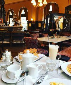 Welche Vielfalt Mariahilf an traditionellen und modernen Cafés zu bieten hat, lest ihr in unserer Übersicht über Cafés im 6. Bezirk. Table Settings, Modern Cafe, Traditional, Place Settings, Tablescapes