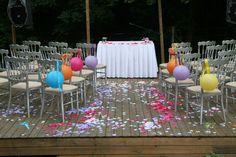 Kert esküvői esketés ezüst székekkel és színes lampionokkal - Garden wedding ceremony with silver chairs and colourful paper lanterns