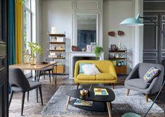 Jaune moutarde (notamment sur le petit canapé repéré chez La Redoute) et vert turquoise : dans un intérieur gris, le duo de couleurs réveille la déco !