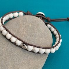 Bracelet homme wrap cuir, perles naturelles et tête de mort - r422