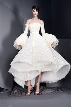 ชุดจากห้องเสื้อ Ashi Studio ในคอลเลคชั่น Haute Couture Spring Summer 2017 เป็นคอลเลคชั่นล่าสุด ในโทนสีขาวนั้น สวยงามและอลังการตามท้องเรื่อง Twitter @postbadclothes