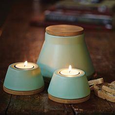 Ce pot et ces lumignons sont en céramique vert amande et en bois clair. Herstal…