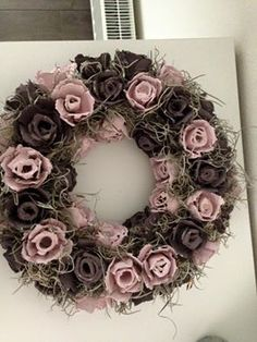 Wreath from egg cartons - DIY - Egg Carton Art, Egg Carton Crafts, Egg Cartons, Diy Craft Projects, Diy And Crafts, Christmas Advent Wreath, Burlap Flower Wreaths, Paper Flowers Diy, Wreath Crafts