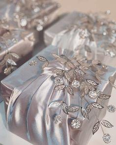 Creative Wedding Gifts, Creative Gift Wrapping, Creative Gifts, Japanese Gift Wrapping, Wedding Gift Wrapping, Wedding Gift Boxes, Diy Gift Box, Diy Gifts, Wedding Doorgift