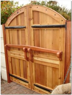 Classic Wooden Gates Will Make Your Home Look Great - Th.- Classic Wooden Gates Will Make Your Home Look Great – The Urban Interior Classic Wooden Gates Will Make Your Home Look Great – The Urban Interior - Backyard Projects, Outdoor Projects, Home Projects, Outdoor Decor, Tor Design, Gate Design, House Design, Woodworking Plans, Woodworking Projects