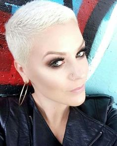 How to dry your pixie cut? Short hair, we do not need to dry it. Short Sassy Hair, Super Short Hair, Short Grey Hair, Short Hair Cuts For Women, Short Hair Styles, Edgy Haircuts, Very Short Haircuts, Pixie Hairstyles, Cool Hairstyles