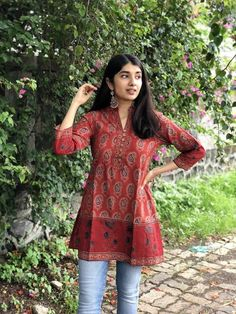 Short Kurti Designs, Silk Kurti Designs, Simple Kurta Designs, Kurta Designs Women, Stylish Dress Designs, Kurti Designs Party Wear, Hindus, Kurti With Jeans, Casual College Outfits
