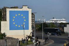 Il nuovo murales si trova a poca distanza dal porto di Dover, da cui partono i traghetti che collegano il Regno Unito con l'Europa. (Lapresse)