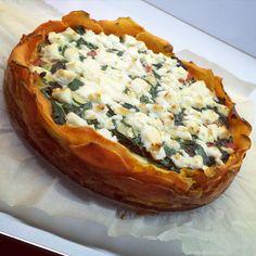 Quiche van zoete aardappel, met vulling van spinazie en paprika. Bovenop geitenkaas. Lekker en gezond! #suikervrij #quiche #hartigetaart