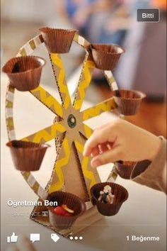 Estéfi Machado: Ferris wheel made of cardboard * Toys are also fun - Diy Cardboard Toys Kids Crafts, Creative Crafts, Projects For Kids, Diy For Kids, Diy And Crafts, Diy Projects, Recycled Toys, Recycled Crafts, Recycled Materials