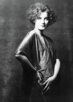 Greta Garbo Just prior to her move to Hollywood and makeover. Old Hollywood Glamour, Golden Age Of Hollywood, Vintage Hollywood, Hollywood Stars, Classic Hollywood, Cinema Video, Viejo Hollywood, Sarah Moon, Rita Hayworth