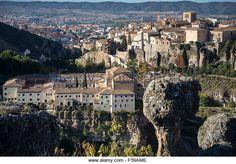 Temprano en la mañana mirando a través de la Hoz del Huécar, al Convento de San Pablo Parador y del casco antiguo de Cuenca, - de regalías