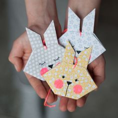 DIY Origami Osterhasen – als Anhänger oder Grusskarte Easter is in two weeks – high time to quickly make a few sweet greeting cards or. Origami Diy, Origami Simple, Origami Modular, Origami Tutorial, Origami Paper, Origami Folding, Diy Tutorial, Bunny Origami, Origami Elephant