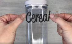 Dette tip er så godt, at du vil ønske at sætte etiketter på . Mason Jar Kitchen Decor, Mason Jars, Voss Bottle, Water Bottle, Pots, Diy Letters, Tips & Tricks, Diy Origami, Diy Stickers